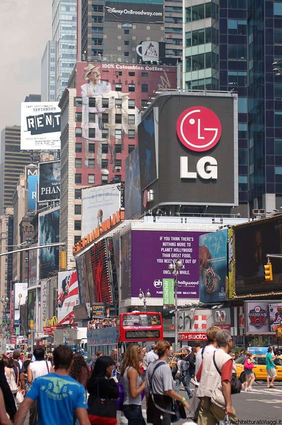 THEATER DISTRICT E TIMES SQUARE - Nel bel mezzo di Midtown, l'area all'incrocio tra Broadway e la Seventh Ave è sinonimo di pacchiani tabelloni pubblicitari