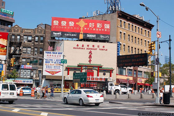 CHINATOWN - Mahayana Buddhist Temple nella trafficata Canal Street, all'altezza di Manhattan Bridge Plaza