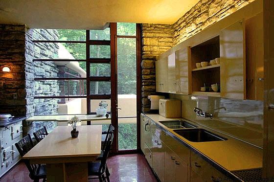 CASA SULLA CASCATA - I mobili in metallo della cucina in contrasto ...