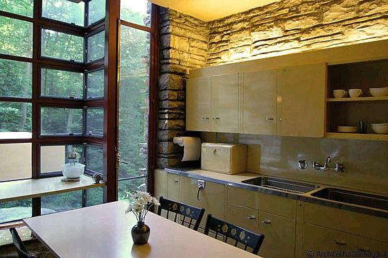 Fallingwater i mobili in metallo della cucina sono di st for Mobili in metallo