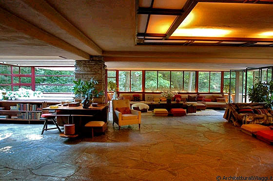 Casa sulla cascata l ampio soggiorno studio con le vetrate che