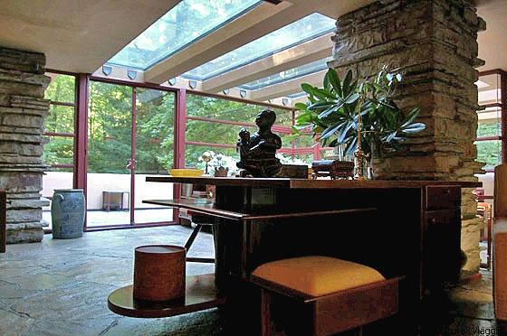 CASA SULLA CASCATA - La zona studio è identificata da una scrivania e scaffali vicino alla porta sul ruscello