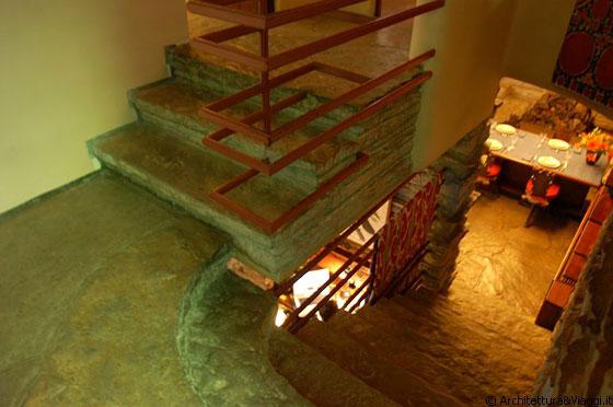 FALLINGWATER - Le scale che dal soggiorno conducono al piano primo
