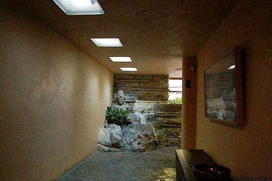 Fallingwater il passaggio interno al secondo piano che for Ponte intorno alla casa