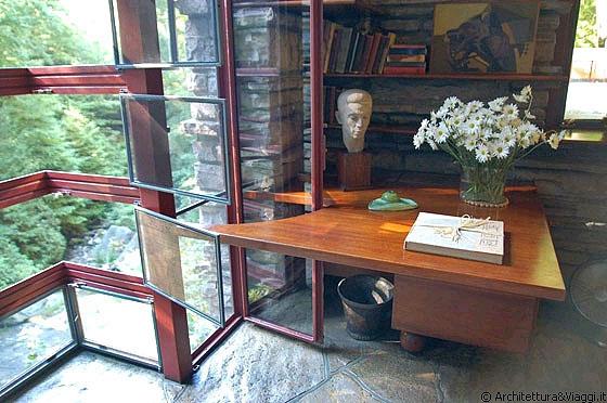 Fallingwater camera studio al piano secondo i battenti for Piano del telaio della finestra