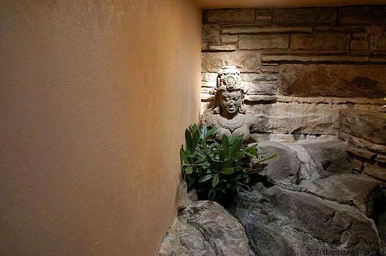 Casa sulla cascata la statua nella rupe di pietra for Casa al secondo piano