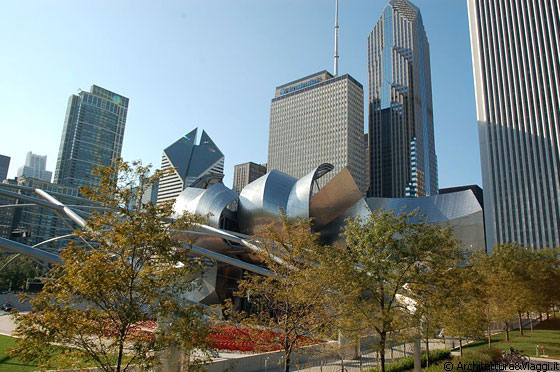 CHICAGO - Dal BP Bridge, oltre il Pritzker Pavilion, vista sui grattacieli che si affacciano su Millennium Park: The Heritage at Millennium Park, Smurfit-Stone Building, One Prudential Plaza, Two Prudential Plaza, Aon Center