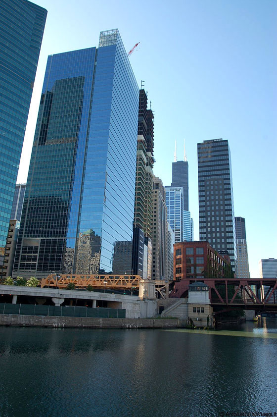 CHICAGO RIVER - 191 N Wacker Drive (primo edificio a sinistra) - arch. Kohn Pedersen Fox Associates, 2000 - 2002