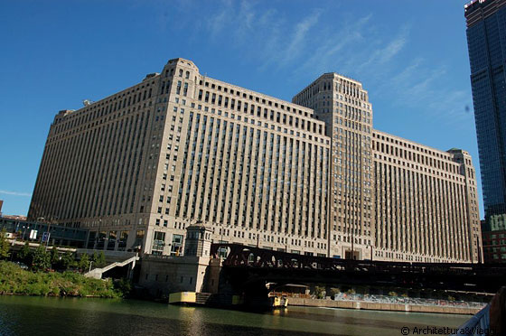 CHICAGO  - Architecture River Cruise: The Chicago Merchandise Mart - Graham, Anderson, Probst and White, 1928 - 1930