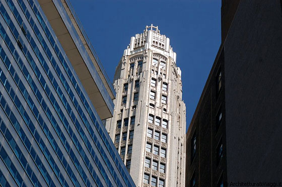 CHICAGO - La torre ottagonale di 18 piani Mather Tower (75 E. Wacker Drive), spicca tra i grattacieli di Downtown