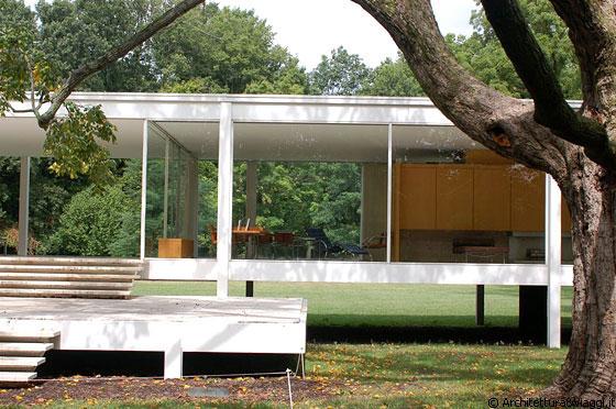 FARNSWORTH HOUSE - La casa isolata nel verde - una scatola di vetro che esclude ogni rapporto con le cose circostanti, fuorché con lo sfondo naturale del bosco che circonda l'abitazione