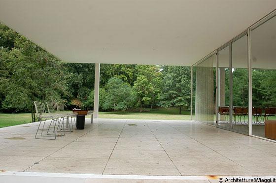 farnsworth house lo spoglio portico di accesso alla casa