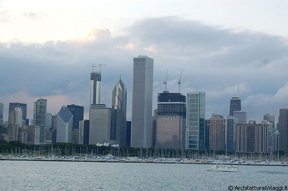 MUSEUM CAMPUS - Dal viale Solidarity Dr che condice all'Adler Planetarium, vista su Chicago