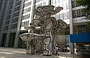 LOWER MANHATTAN. Group of Four Trees (Jean Dubuffet) di fronte al Chase Manhattan Plaza, un fumetto nella foresta architettonica del canyon di Wall Street