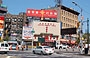 CHINATOWN. Mahayana Buddhist Temple nella trafficata Canal Street, all'altezza di Manhattan Bridge Plaza