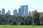 CENTRAL PARK . Partite di softball a The Great Lawn, sullo sfondo del Belvedere Castle e dei grattacieli patinati di Midtown, tra cui le alte torri del Time Warner Center e la Hearst Tower