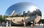 MILLENNIUM PARK. Su Cloud Gate - noto come <em>The Bean</em> - si riflette lo skyline dei grattacieli di Michigan Avenue