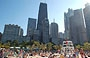 CHICAGO. La frequentata spiaggia di Oak Street Beach da cui si ammirano alcuni noti edifici: John Hancock Center, Palmolive Building, 900 North Michigan Avenue e One Magnificent Mile
