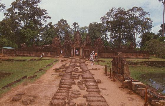ANGKOR - Banteay Srei - la strada rialzata dell'accesso principale a est
