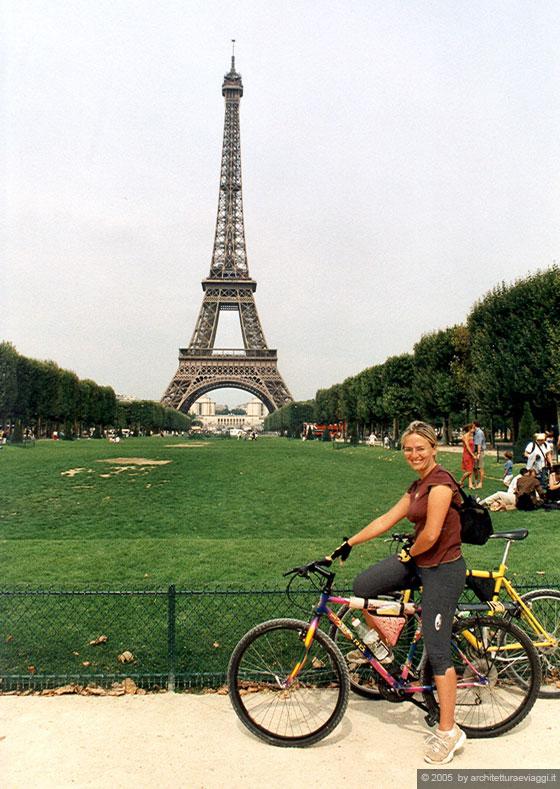 Parigi io in bicicletta a champ de mars e sullo sfondo for Parigi champ elisee
