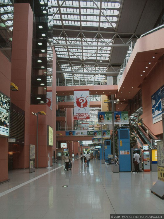 OSAKA - Kansai International Airport Terminal - la corte