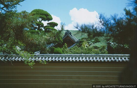 Nara dal recinto del todai ji si intravedono tetti for Tetti giapponesi
