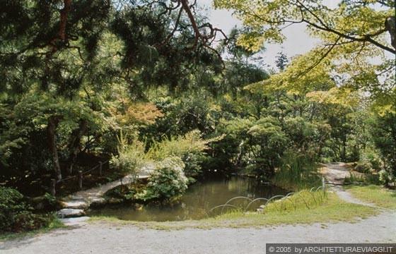 Nara isui en ponticelli e percorsi in pietra lungo il for Giardino hamarikyu
