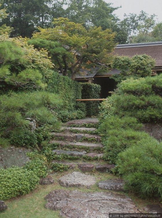 Kyoto arashiyama okochi sancho l 39 ingresso alla villa con scale in pietra mimetizzato - Scale in giardino ...