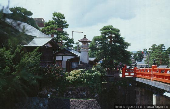 Takayama il rosso vermiglio del nakabashi bridge tra for Tetti giapponesi