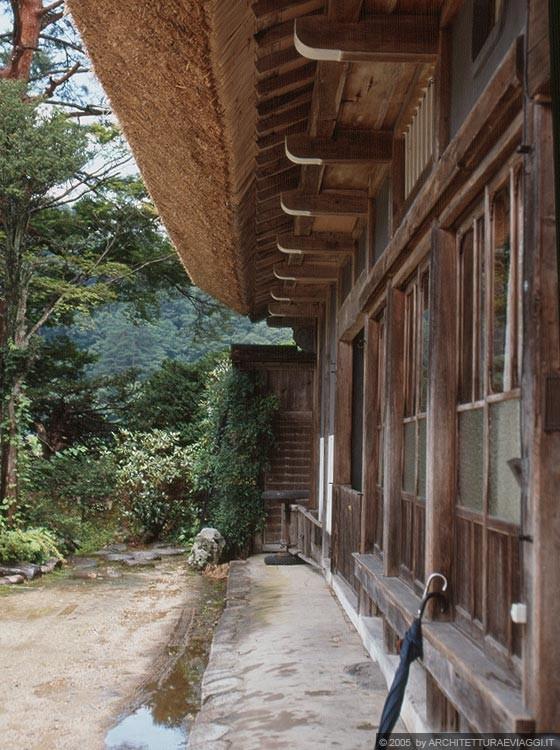 SHIRAKAWA-GO - Kanda-ke a Ogimachi - la facciata di ingresso e la paglia del tetto