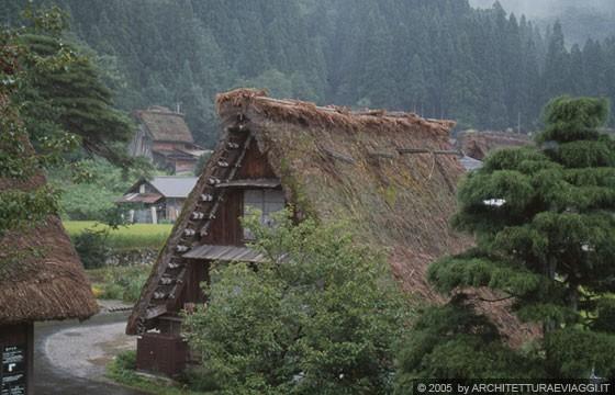 Shirakawa go dalle finestre ai piani superiori della for Piani di split house