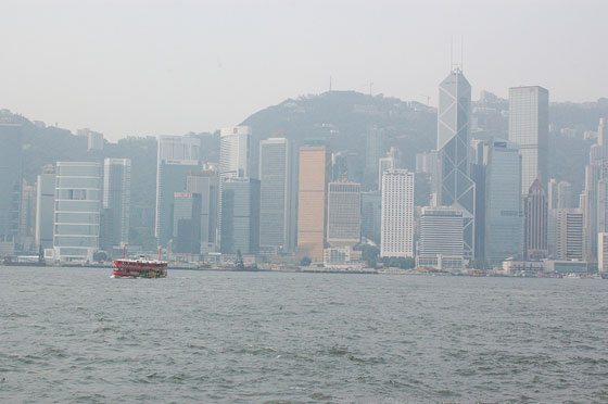 VICTORIA HARBOR - Godendosi la brezza del mare e i panorami della baia a bordo dello Star Ferry verso il Central District