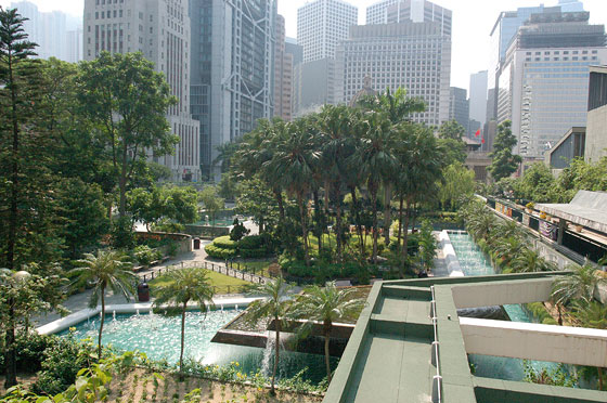CENTRAL - Chater Garden e sullo sfondo l'inconfondibile edificio hi-tech HSBC Hong Kong di Sir Norman Foster