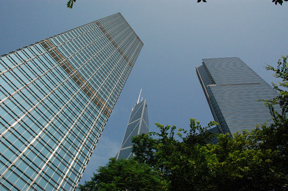 CENTRAL - Tra gli alti grattacieli in primo piano Cheung Kong Centre e a lato la Bank of China Tower