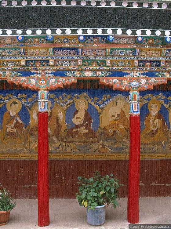 affreschi murali finestre finte : ... Gompa - il portico con pilastri e travi dipinte e affreschi murali