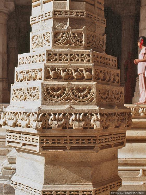 Ranakpur chaumukha temple le ricche superfici scolpiti for Avvolgere le planimetrie del portico