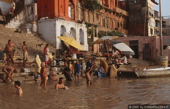 Varanasi rituali hindu sul gange - Bagno nel gange malattie ...