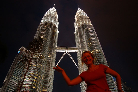 KLCC - Io, in una visione surrealistica, davanti alle maestose Petronas Towers