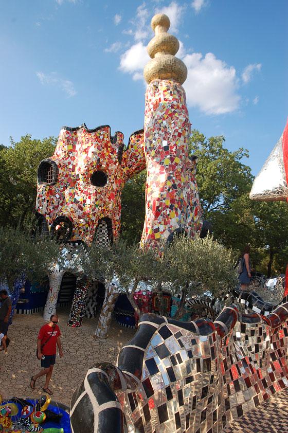 Giardino dei tarocchi le strutture verticali del castello dell 39 imperatore simboleggiano il - Il giardino dei tarocchi ...