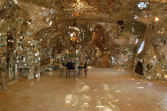 Giardino dei tarocchi l 39 interno dell 39 imperatrice con lo spazio centrale arredato come - Come sistemare l interno dell armadio ...