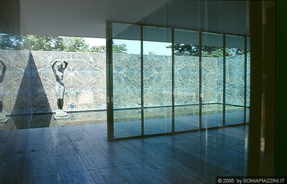 BARCELLONA - Padiglione di Mies Van der Rohe - particolare della statua nel p...