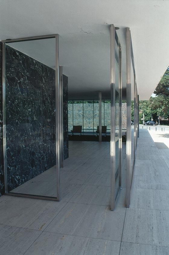 BARCELLONA - Padiglione di Mies Van der Rohe - continuità spaziale e visiva f...