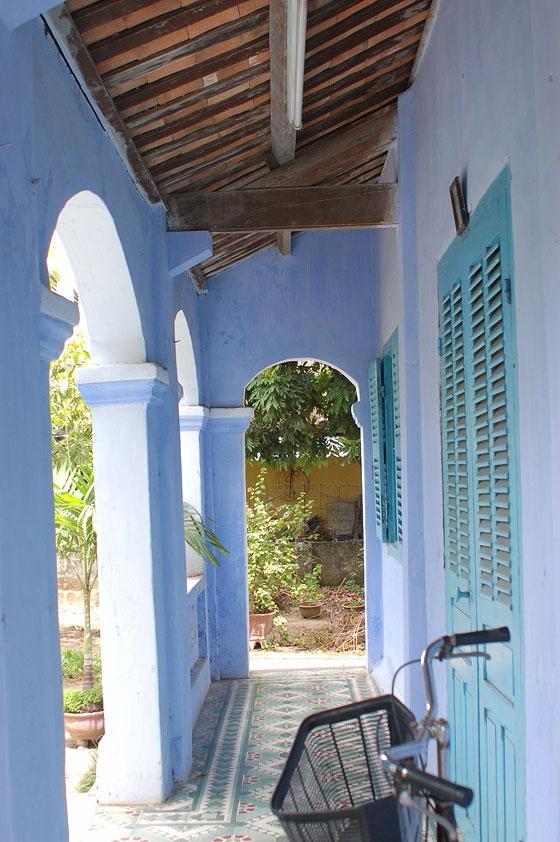 Vietnam centrale hoi an il portico di una casa in for Casa in stile ranch con portico