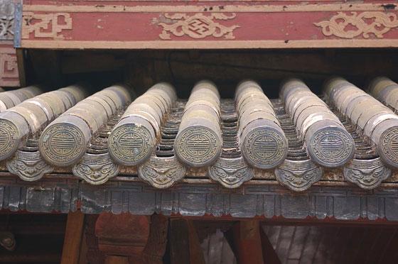 Hue particolare del tetto coperto da piastrelle verdi della porta