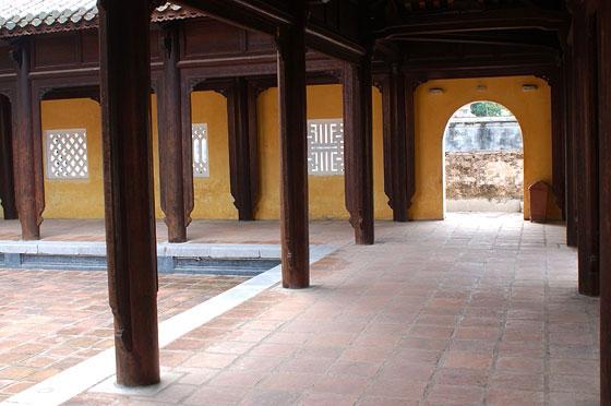 Hue 39 il portico con colonne lignee che delimita il for Colonne di portico di casa