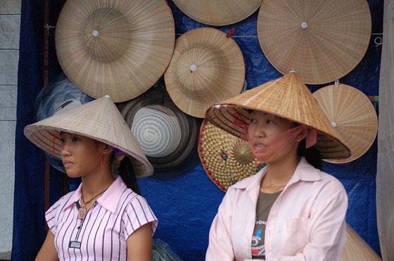 VIETNAM CENTRO-SETTENTRIONALE - Tam Coc  i tradizionali cappelli conici  vietnamiti e le varianti in vendita ne. bedcce00db62